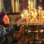 Почему служители тушат свечи в храме