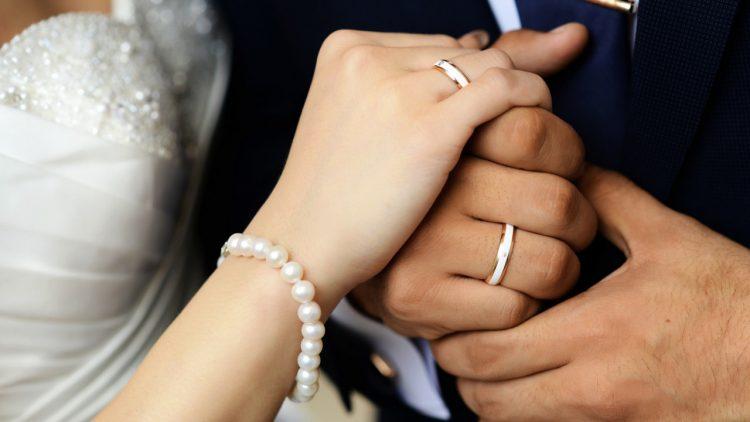 На какой руке носят обручальное кольцо: правила и традиции